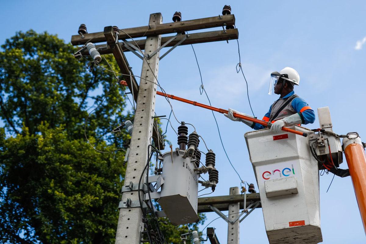Manutenção de rede elétrica da Enel