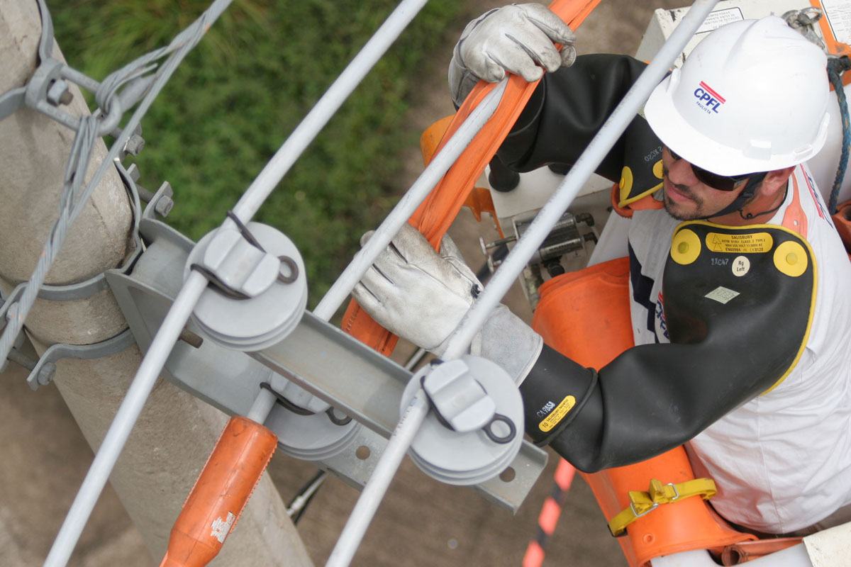 Funcionário da CPFL fazendo manutenção na rede elétrica