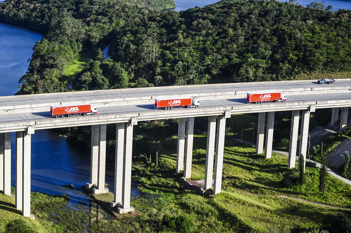Comboio de caminhões da JSL