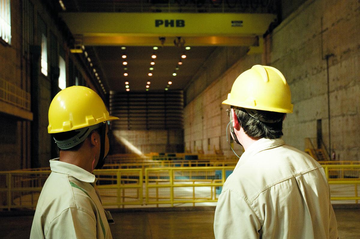 Operadores da usina hidrelétrica de São Simão, da Cemig